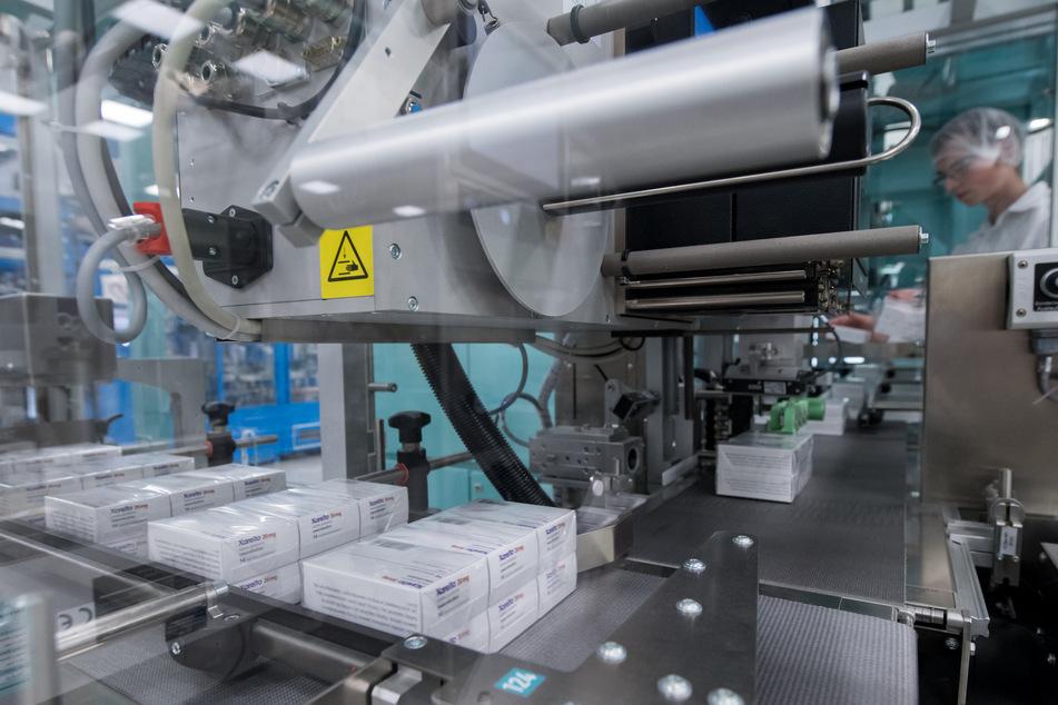 Eine Maschine verpackt Medikamente.
