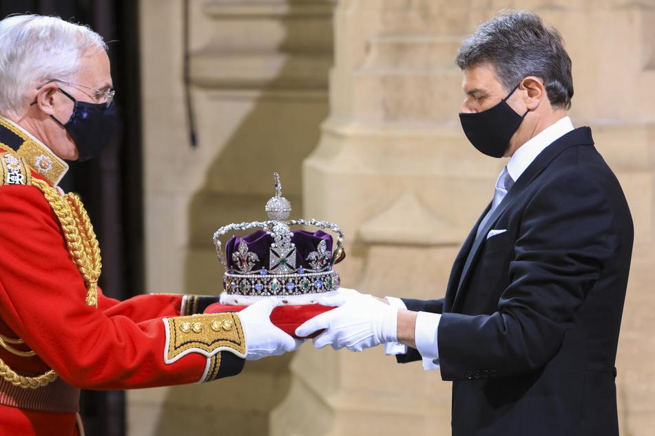 Die königliche Staatskrone befand sich während der Rede nicht auf dem Kopf der Queen, sondern wurde von Angestellten bewahrt.