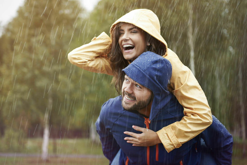 Gegen Wetterfühligkeit: Auch bei wechselhaftem oder schlechtem Wetter sollte man raus gehen und sich bewegen.