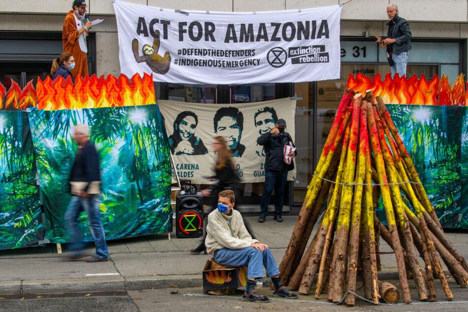 Aktivisten blockieren Generalkonsulat in München
