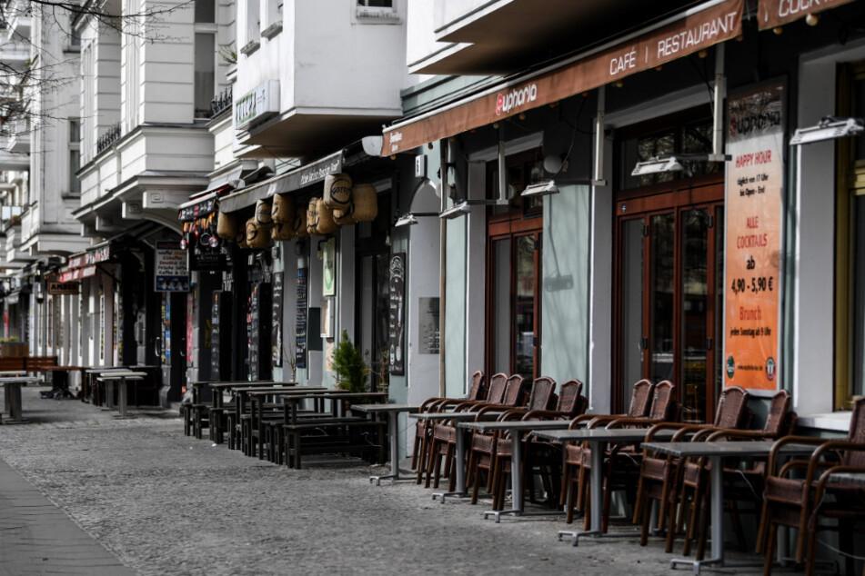 Bars und Restaurants in der sonst so belebten Simon-Dach-Straße in Berlin-Friedrichshain sind aufgrund der Corona-Pandemie geschlossen.