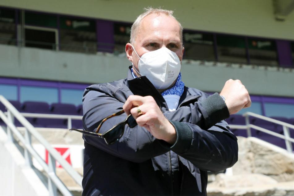 Auch als Maskenmann zeigte sich FCE-Boss Helge Leonhardt gewohnt kämpferisch.