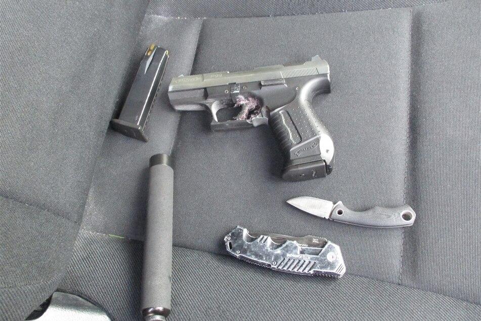 Diese Waffen fand die Polizei bei dem Mann im Gürtel.