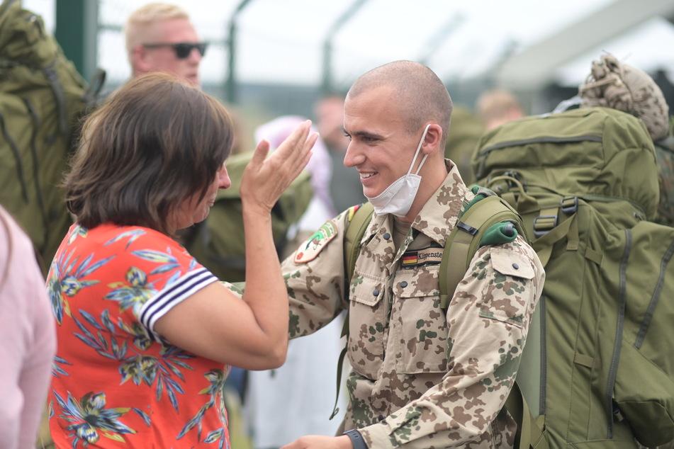 Der Hauptgefreite Kay wird von seiner Mutter begrüßt.