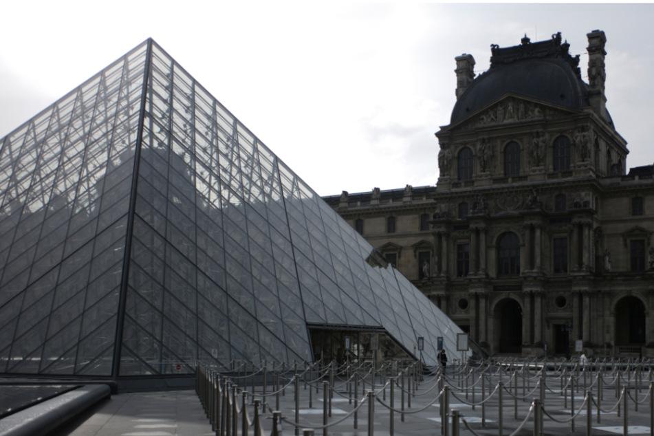 Das menschenleere Gelände vor dem Pariser Louvre.