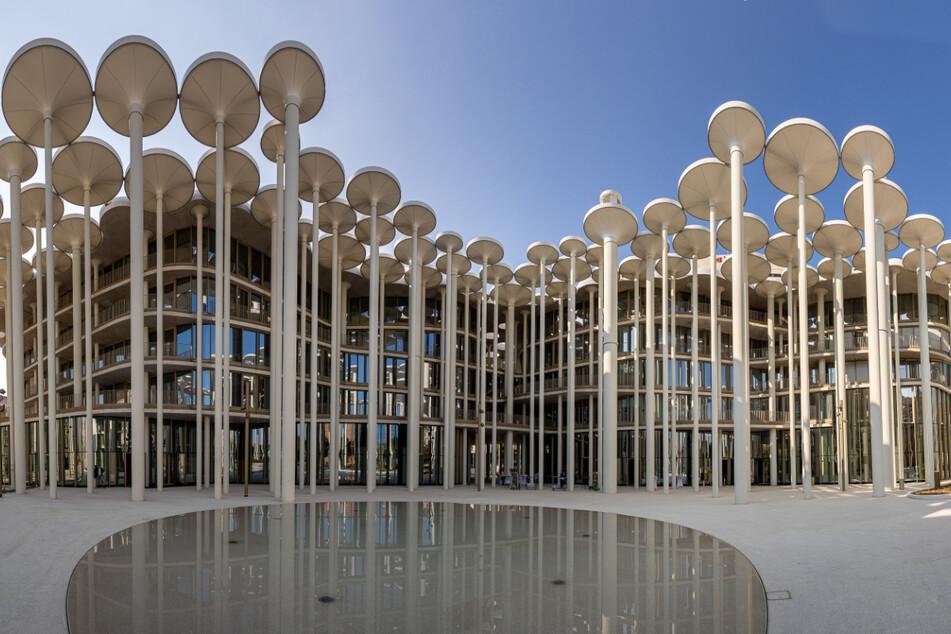 """Der """"Palazzo Prozzo"""" von außen – 159 Säulen bilden das Forum, 92 weitere befinden sich im Gebäude selbst."""