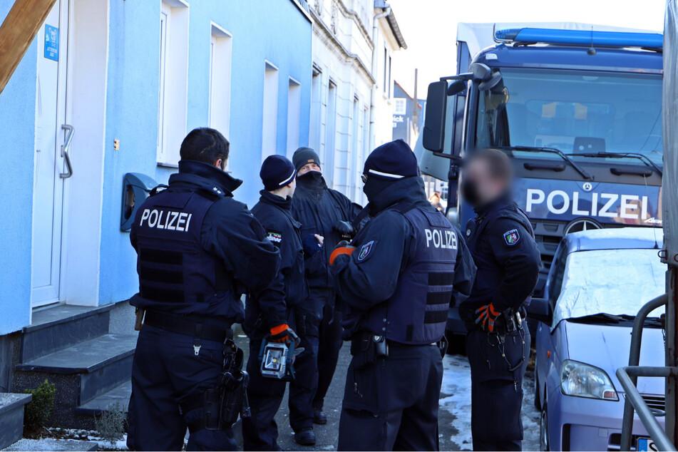 Razzia in Solingen: Polizei stellt große Mengen an mutmaßlicher Diebesbeute sicher