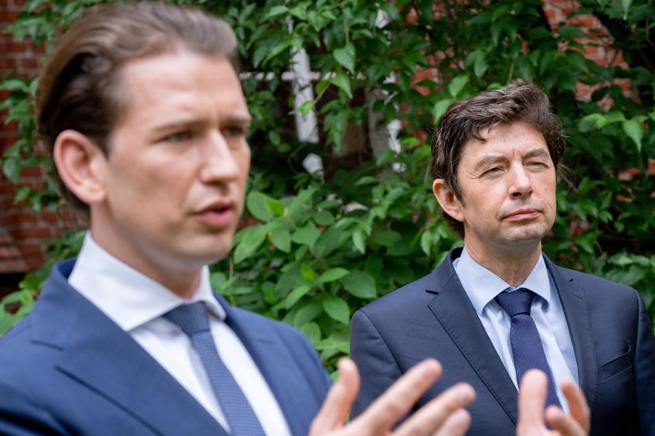 Sebastian Kurz (links), Bundeskanzler von Österreich und Christian Drosten, Direktor des Instituts für Virologie an der Charité, geben nach einem Treffen auf dem Gelände der Charité ein Pressestatement.