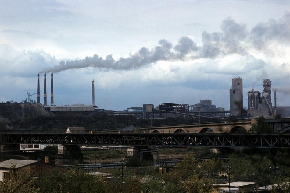 Qualmende Industrie-Schlote und -Anlagen 1982 in Bernburg an der Saale.