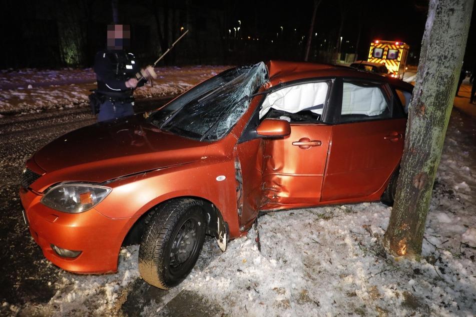 Glätte-Crash in Chemnitz: Mazda kracht mit Fahrerseite gegen Baum