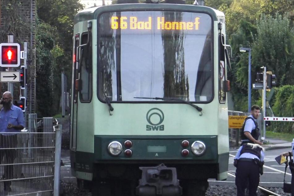 Frau geht über Rot und wird von Bonner Stadtbahn erfasst