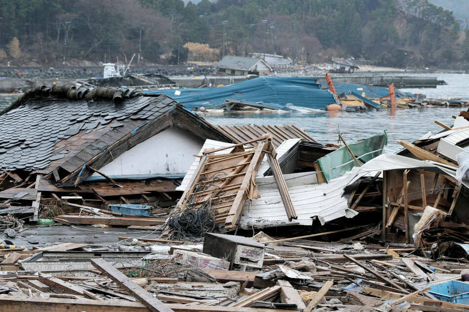 Unglück in Japan: Ein ehemaliges Wohnhaus liegt nach einem Tsunami in Ufernähe in Trümmern.