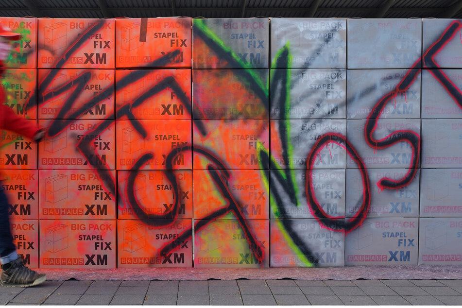 """Die Demonstrierenden errichteten eine """"Ost/West""""-Mauer, die sie dann symbolisch niederrissen."""