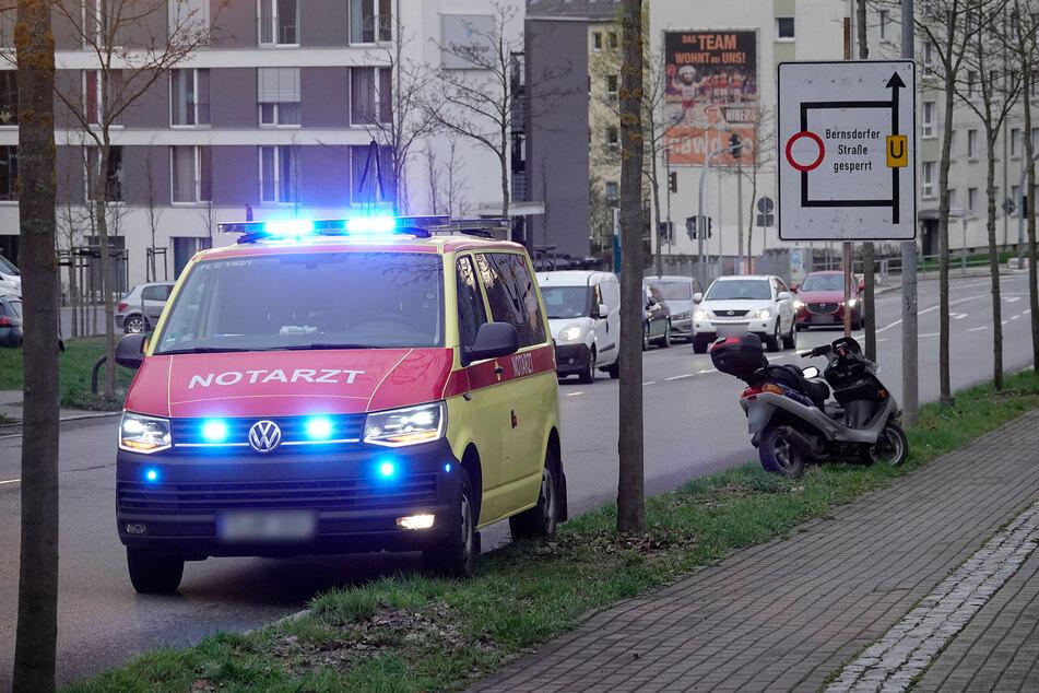 Chemnitz: Moped-Fahrer stürzt und bleibt bewusstlos auf der Straße liegen