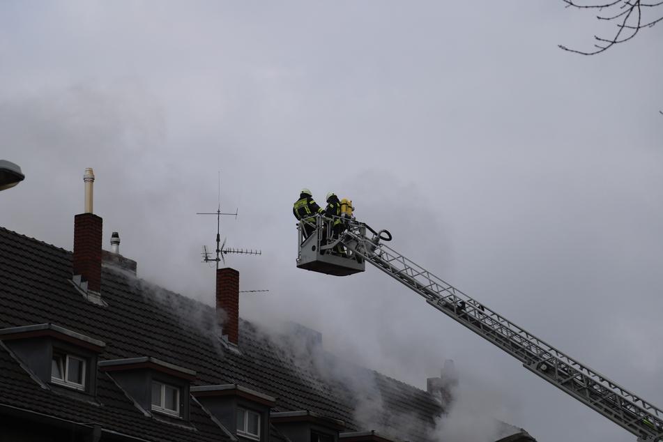 In Köln-Dünnwald hat es am Sonntagmittag in der Dachgeschosswohnung eines Mehrfamilienhauses einen Brand gegeben. Eine Frau kam dabei ums Leben.