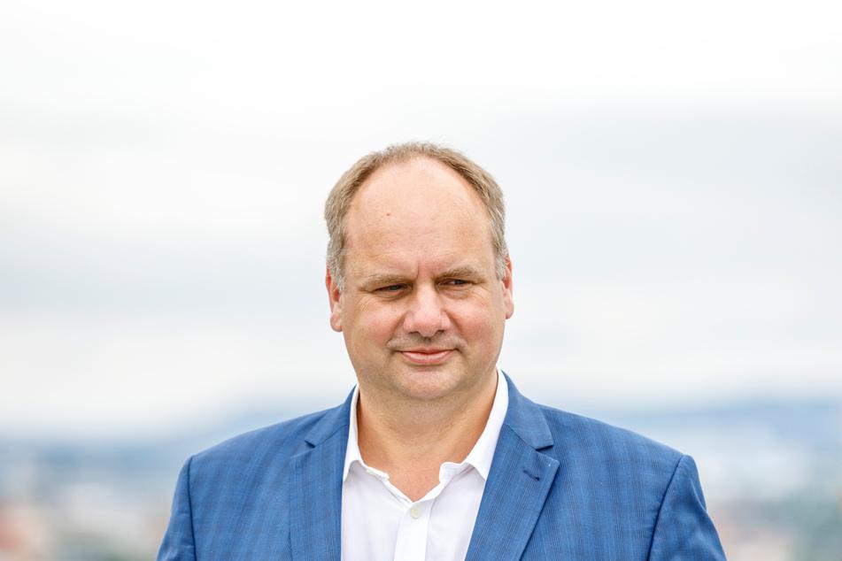 OB Dirk Hilbert (49, FDP) soll den Ausbau des Mobilfunks beschleunigen.
