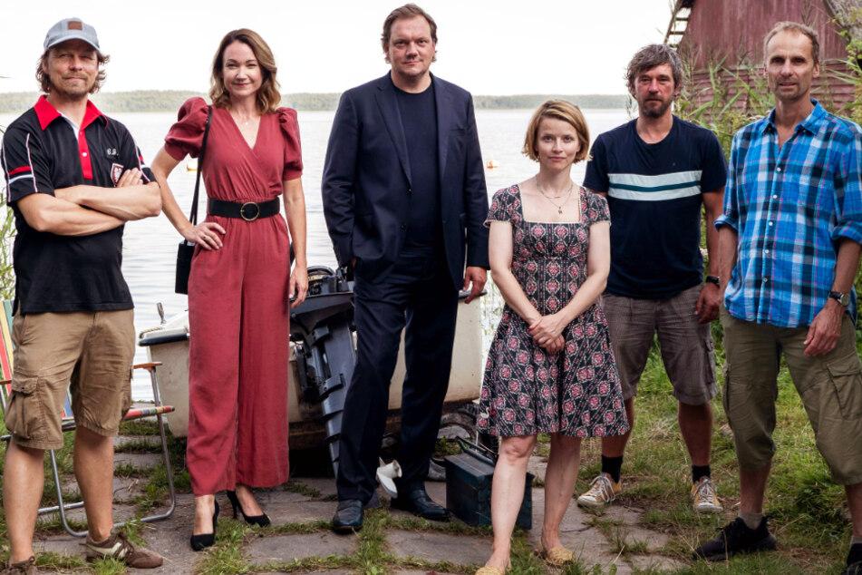 """Das Team hinter """"Für immer Sommer 90"""" (v.l.n.r.): Lars Jessen (Regie/Produzent), Lisa Marie Potthoff, Charly Hübner, Karoline Schuch, Peter Schneider und Jan Georg Schütte (Regie)."""