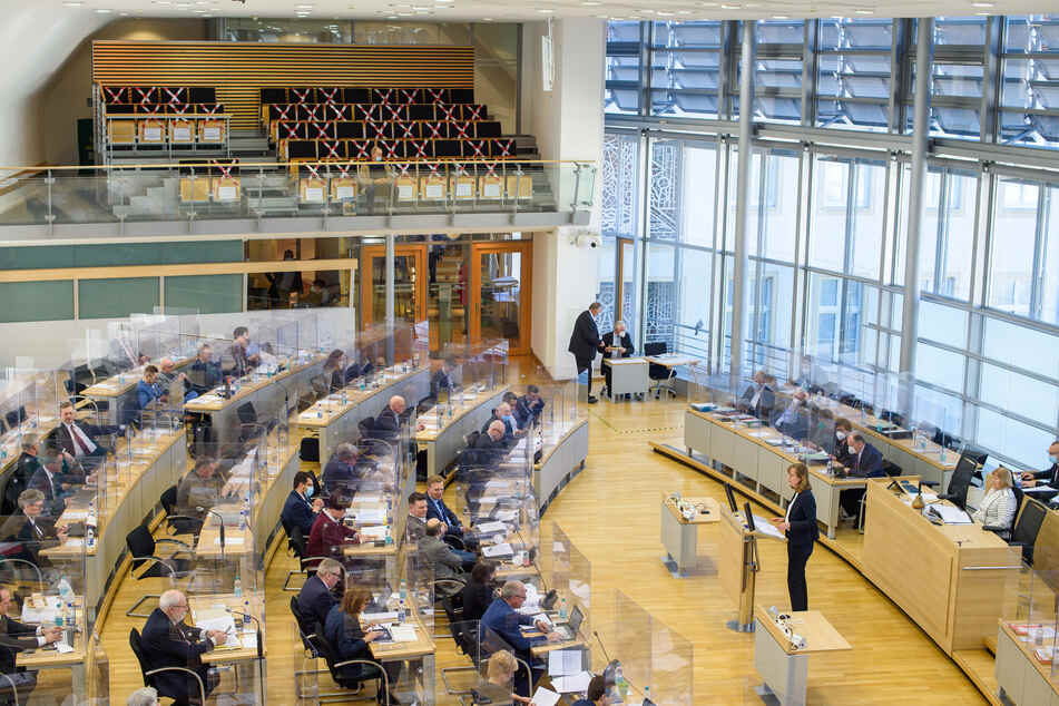 Die Linken-Fraktionsvorsitzende Eva von Angern (44) bei einer Landtagssitzung im März. (Archivbild)