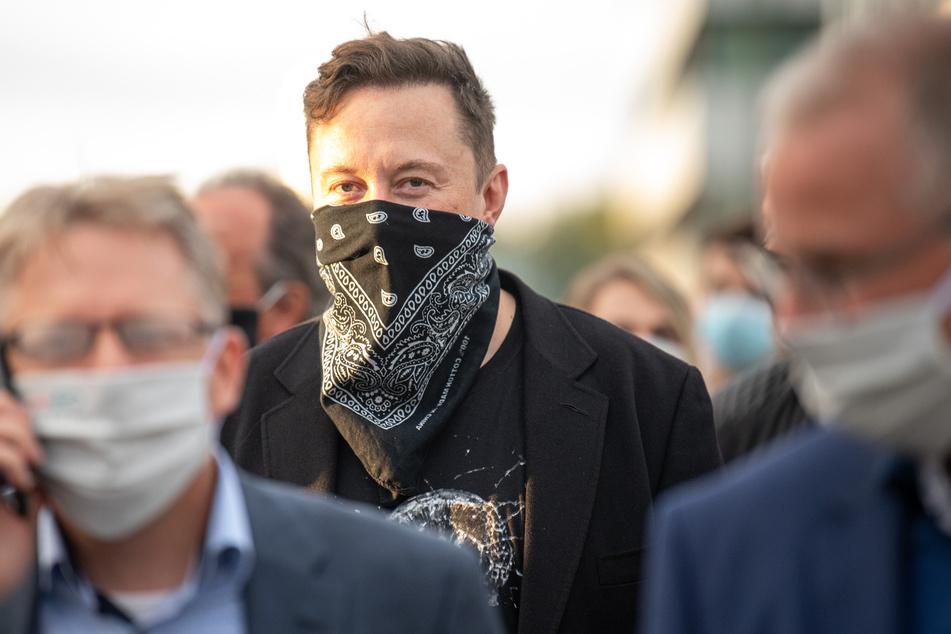 Technologieunternehmer Elon Musk geht während seines Besuchs des Biotech-Unternehmens Curevac von einem Gebäude ins nächste.