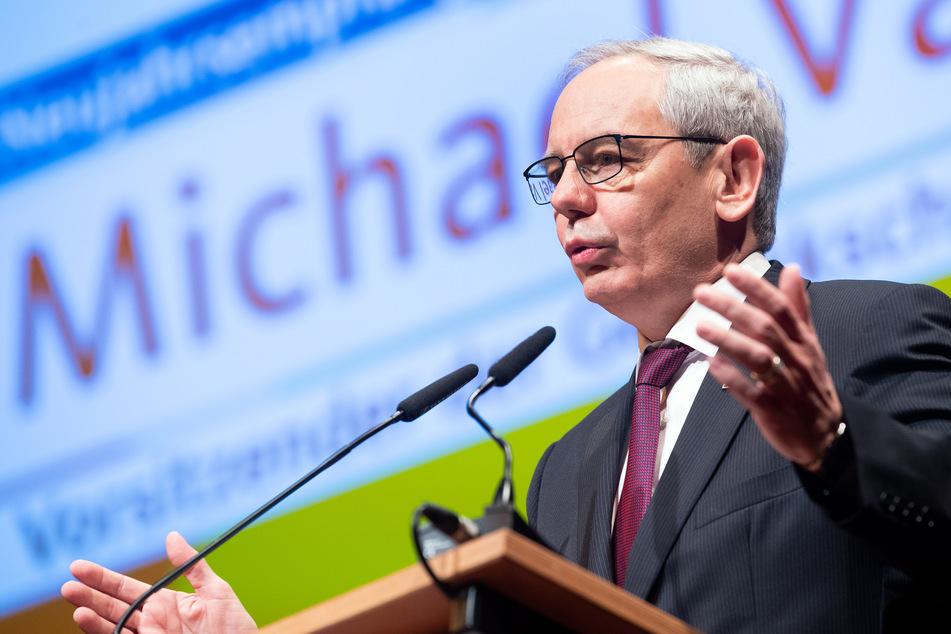 Michael Vassiliadis, Vorsitzender der IG BCE spricht auf der Bühne als Gastredner.
