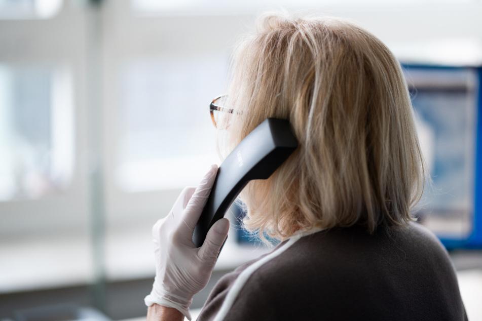Die ehrenamtlichen Helfer bei der Telefonseelsorge haben derzeit viel zu tun. (Symbolbild)