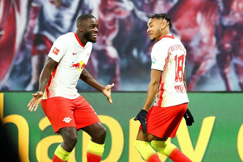 Französisches Freudentänzchen: Dayot Upamecano (l.) feierte mit Christopher Nkunku über dessen Treffer zum 1:0.