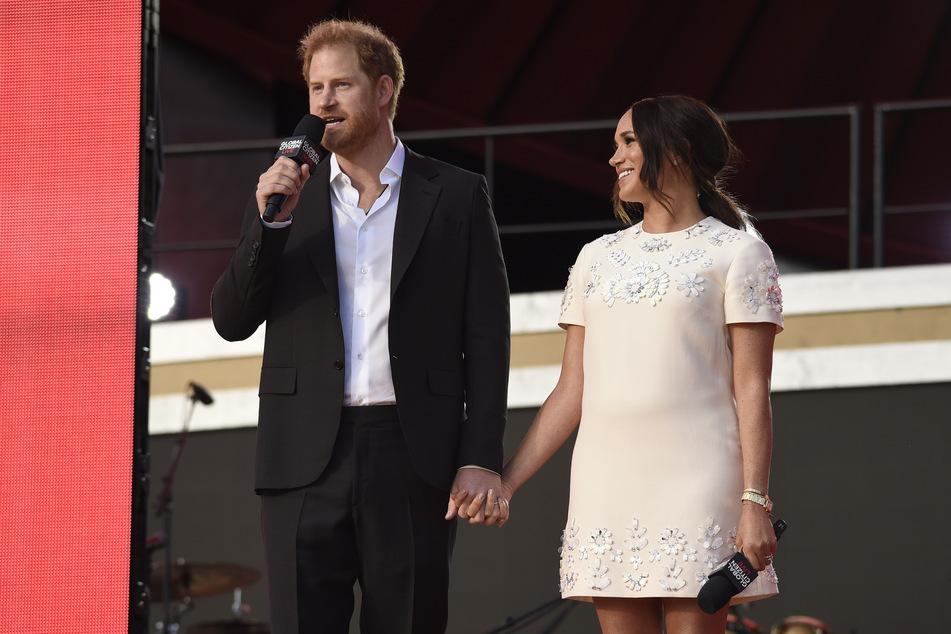 USA, New York: Prinz Harry (l), Herzog von Sussex, und seine Frau Meghan, Herzogin von Sussex, sprechen beim Global Citizen Live Event im Central Park.