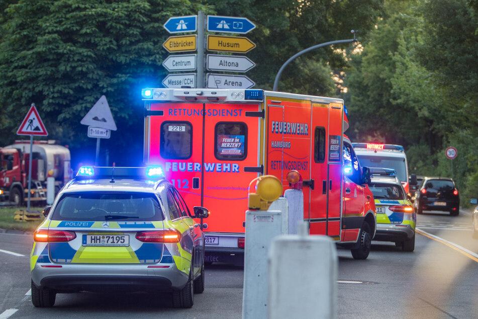 Rettungskräfte stehen nach dem Unfall an der Alster.
