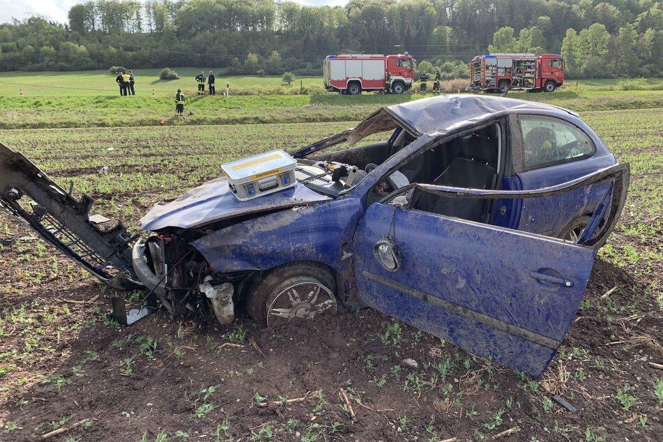 Schwerer Unfall in Thüringen: Seat überschlägt sich und landet im Feld