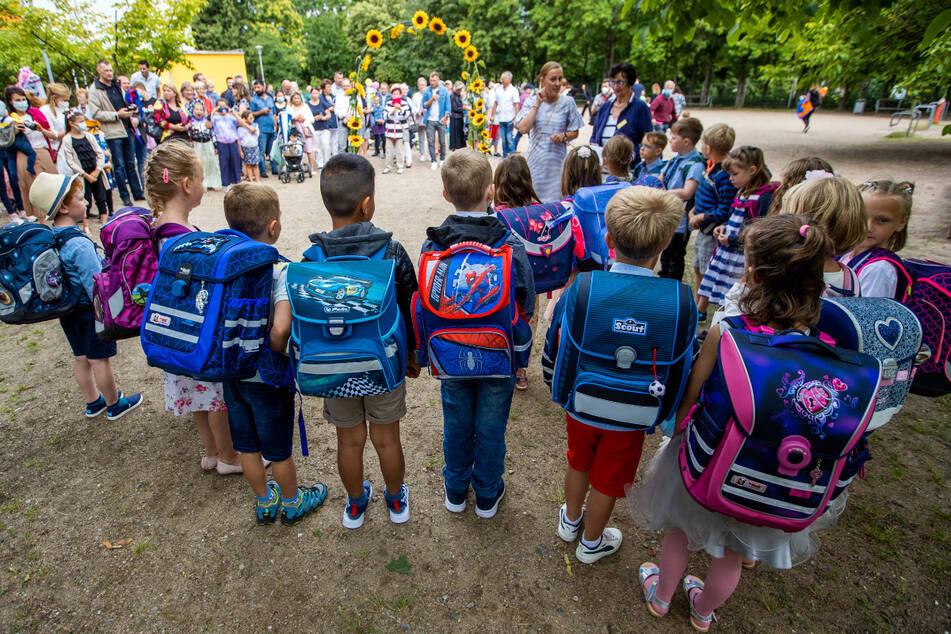 Mit ihren neuen Schulranzen stehen die Erstklässler nach der Einschulungsfeier auf dem Hof der Grundschule Lankow. (Symbolbild)