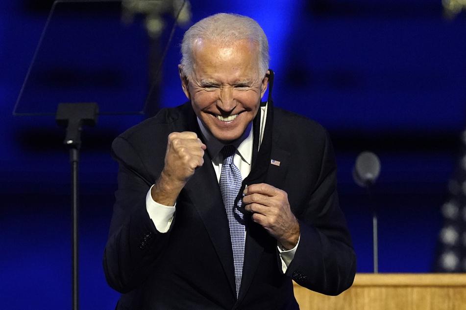 """Joe Biden (77), """"Gewählter Präsident"""", steht nach einer Ansprache gestikulierend auf der Bühne."""