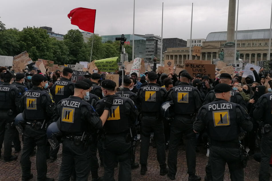 Anti-Rassismus-Demo in Stuttgart: Streifenwagen mit Pflastersteinen beworfen
