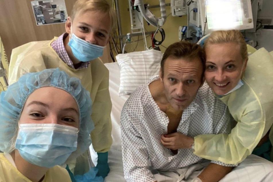 Daria Nawalny (l-r), ihr Bruder Zahar, ihr Vater, der russische Kremlkritiker Alexej Nawalny und seine Frau Julia machen ein Selfie am Krankenbett.
