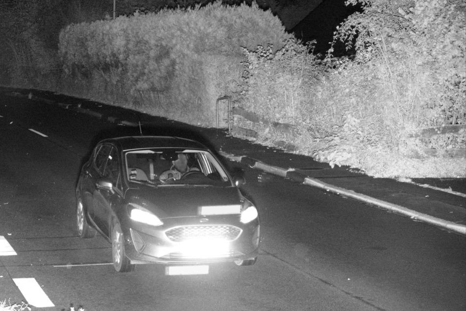 Nordrhein-Westfalen, Bergneustadt: Das Bild aus einer Geschwindigkeitsmessanlage zeigt einen Fahrer, der mit diesem Fahrzeug mindestens 20 Mal absichtlich zu schnell durch die Geschwindigkeitskontrolle gefahren ist.