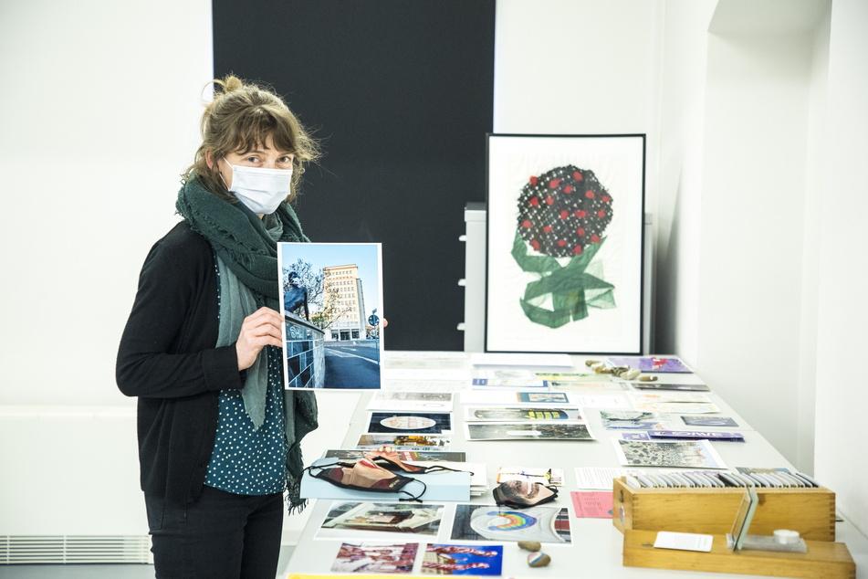 Sammlungsleiterin Mandy Ettelt (39) breitet einige Corona-Exponate aus.