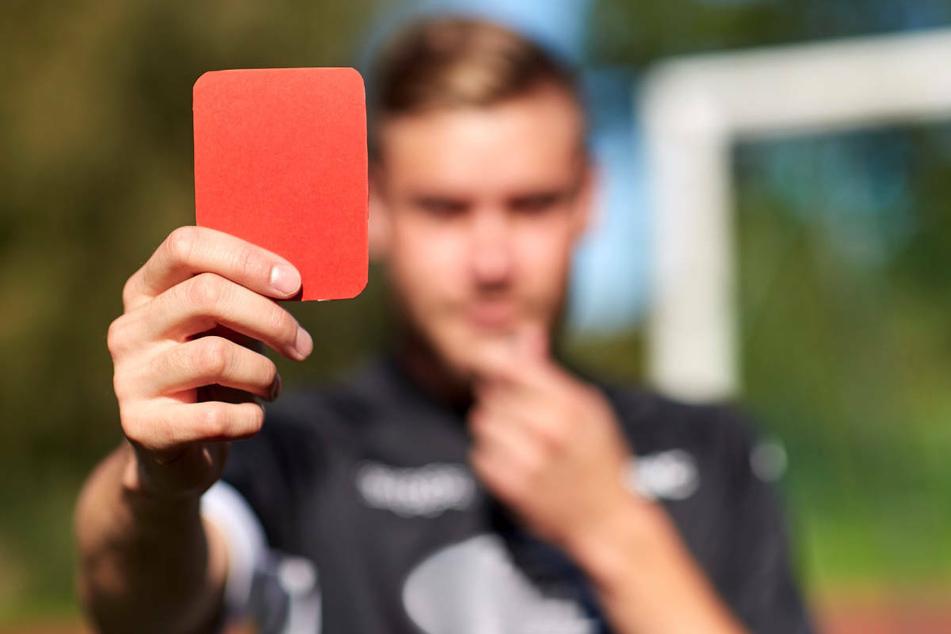 Weil er eine Rote Karte gesehen hat, ist ein 22-Jähriger in Brandenburg bei einem Pokalspiel vollkommen ausgerastet. (Symbolfoto)