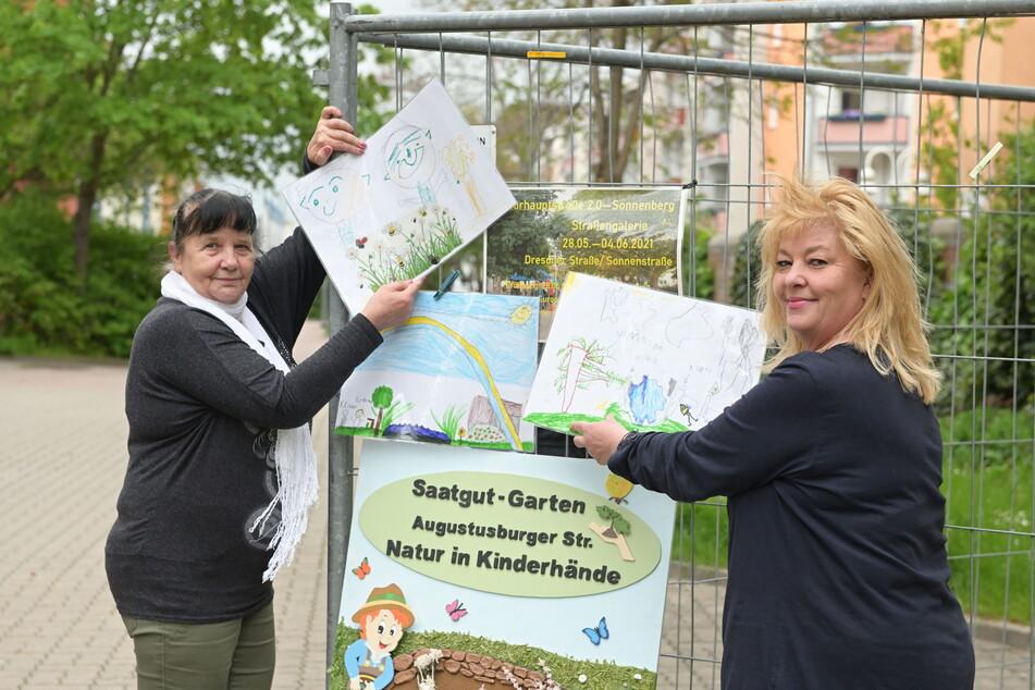 """Gudrun Srednicki (60, l.) und Ina Schneider von der Caritas-Tagesgruppe """"Leuchtturm"""" präsentieren Kinder-Kunst."""