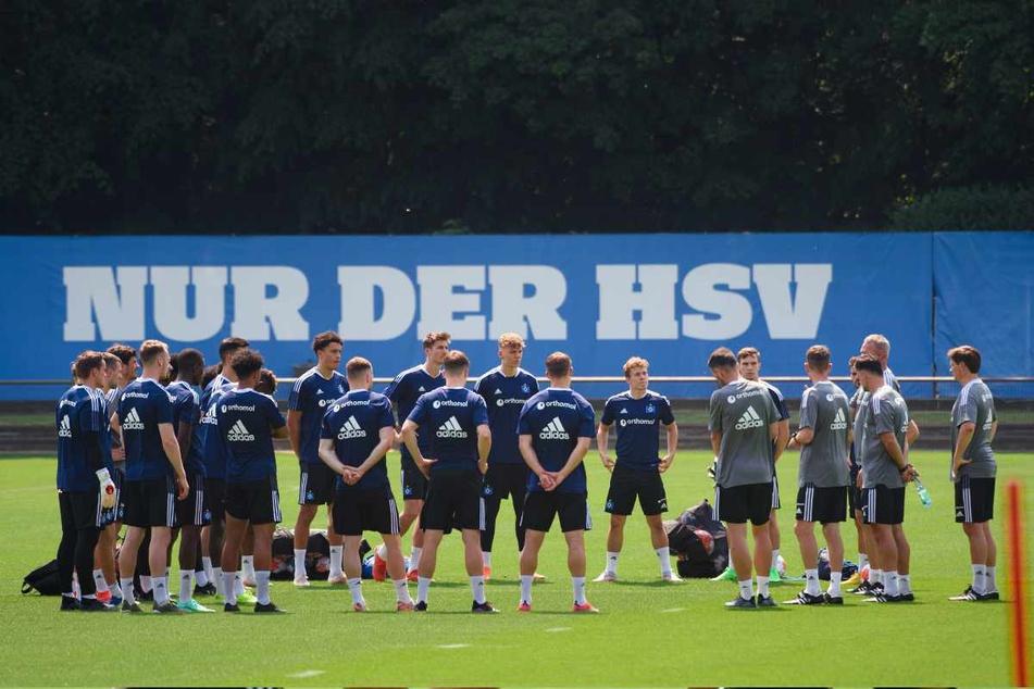 In großer Runde lauscht die Mannschaft den Worten seines Trainers.