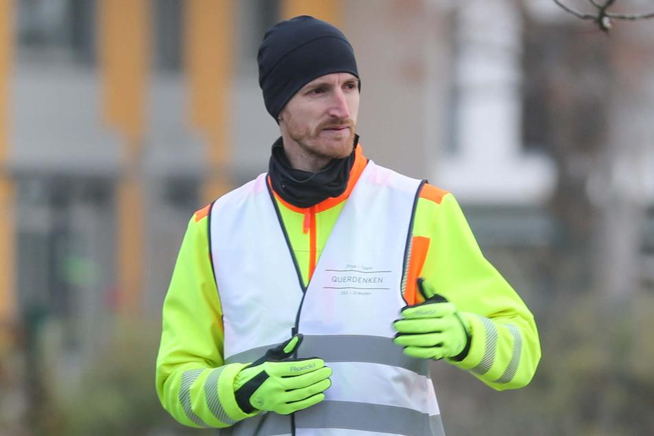 """Querdenken-Kopf Marcus Fuchs (36) trug bei der """"Querdenker""""-Demo am Samstag in Dresden wenig zur Demobilisierung bei. (Archivbild)"""