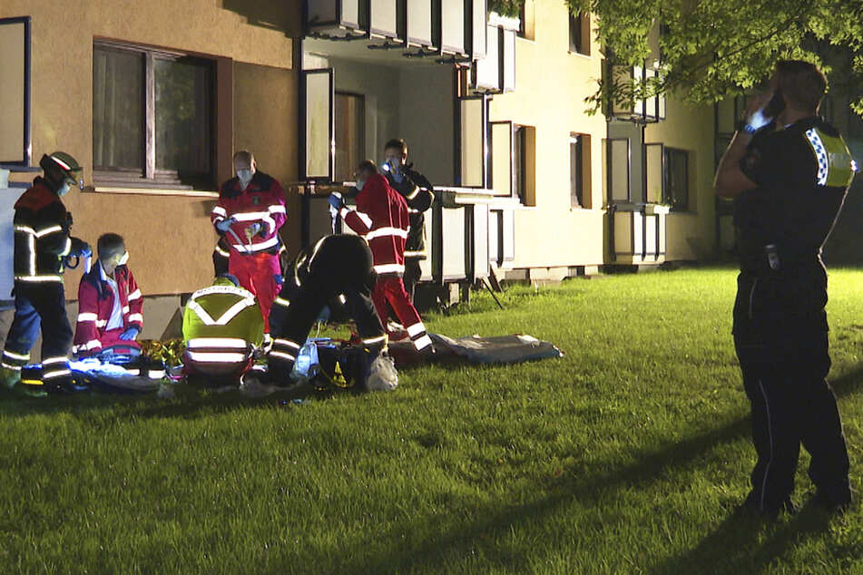 Notarzt und Rettungsdienstmitarbeiter versorgen den Verletzten.
