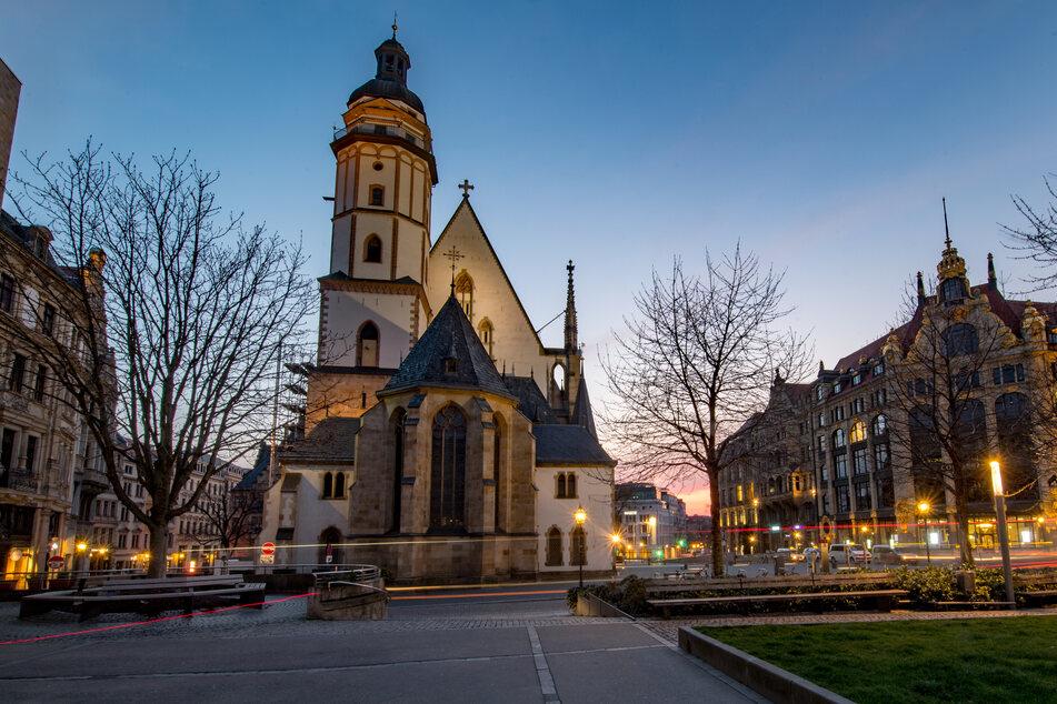 Abendrot leuchtet hinter der Thomaskirche in Leipzig.