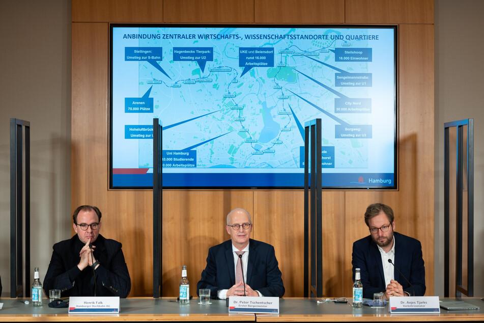 Henrik Falk (v.l.n.r.), Vorstandsvorsitzender Hamburger Hochbahn AG, Bürgermeister Peter Tschentscher (SPD) und Verkehrssenator Anjes Tjarks (Bündnis 90/Die Grünen) sprechen über die Streckenführung der U-Bahnlinie U5. (Archivfoto)