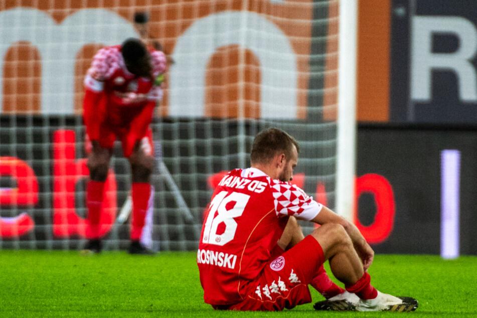 Daniel Brosinski (32; r.) sprach nach der sechsten Niederlage im sechsten Bundesliga-Spiel dieser Saison Klartext.