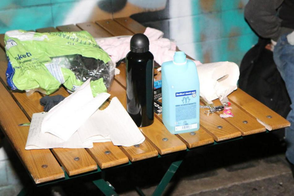 Auf dem Tisch stehen die Brandbeschleuniger, die bei dem Verdächtigen sichergestellt wurden.
