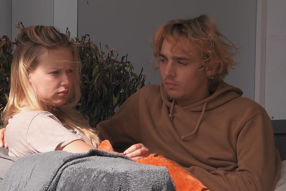 Rebecca (21) macht sich Sorgen uzm Tims (21) Liebe und um den nächsten Exit. Was sie nicht weiß, sie erlebt gerade einen tiefen Fall im Fan-Ranking. Der Sieg rückt in weitere Ferne für sie.