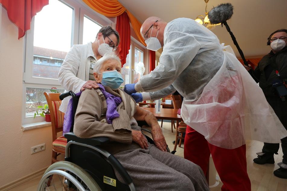 Die Heimbewohnerin Edith Kwoizalla ist mit ihren 101 Jahren die erste, die vor dem offiziellen Impfstart in Deutschland gegen Corona geimpft wurde.