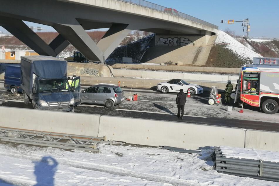 Unfall A8: Stau-Chaos auf der A8 in beide Richtungen! Autos krachen beim Flughafen zusammen