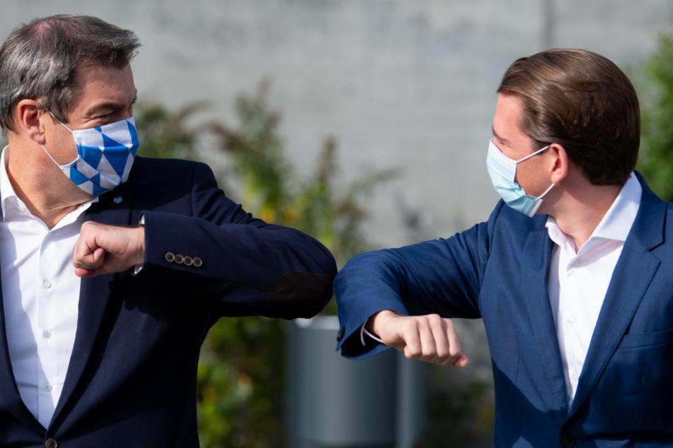 Markus Söder (links, 53, CSU), Ministerpräsident von Bayern, und Sebastian Kurz (34, ÖVP), Bundeskanzler von Österreich, begrüßen sich vor einem Arbeitstreffen im Zollamt.