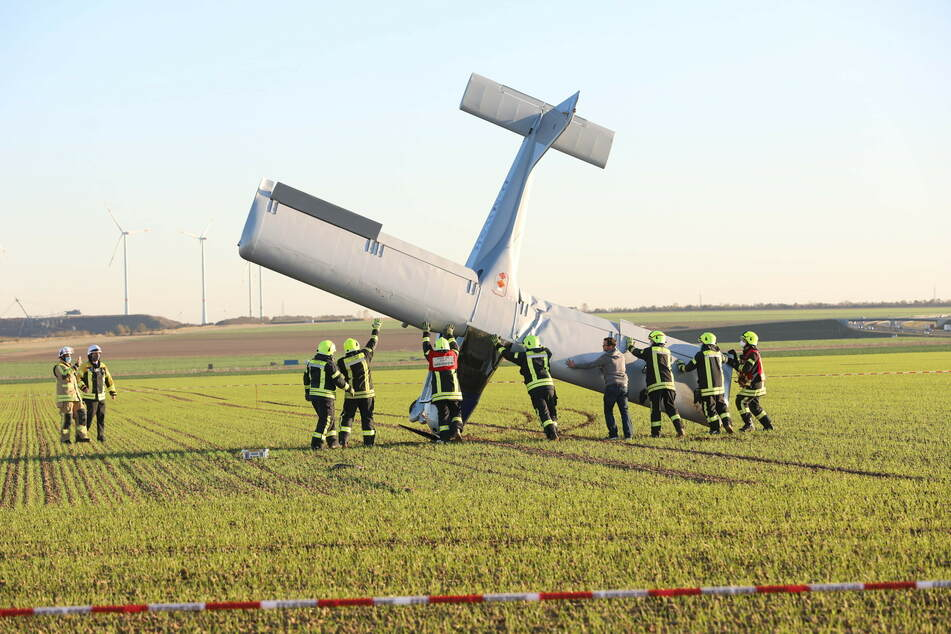 Die Einsatzkräfte der Feuerwehr richteten den Flieger wieder auf.