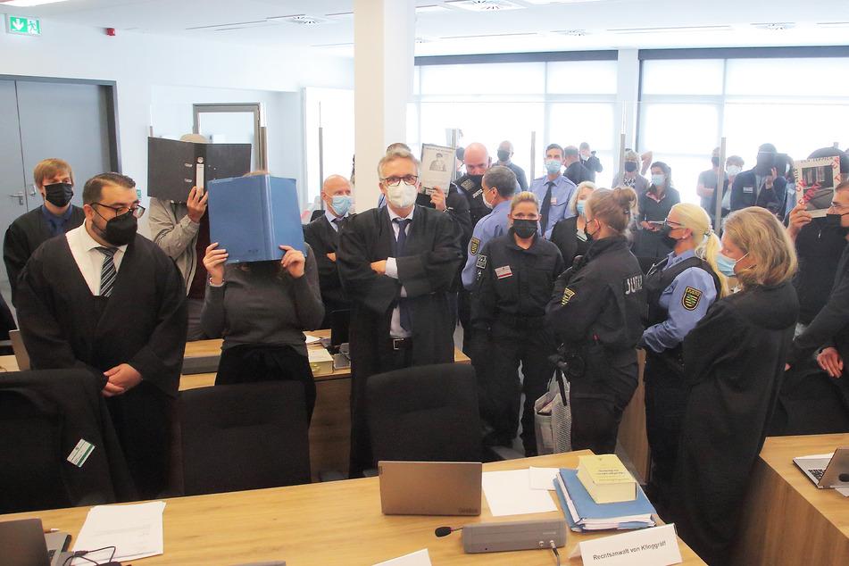 Der Prozess gegen Lina E. (vorn, 2.v.l.) und die drei anderen Angeklagten startete pünktlich.